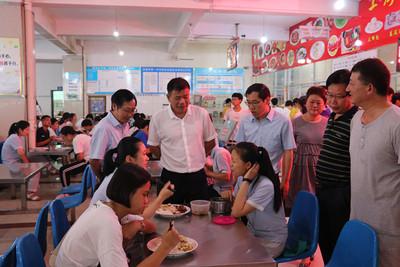 新學期校級班子到食堂做調研